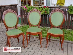 3 Stühle mit grünem Samtstoff bezogen